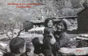 このモノクロ写真は37年前のもの。ようやく立っちしたキパ、ツォ・ペーマの母方のおばさんに当たります。
